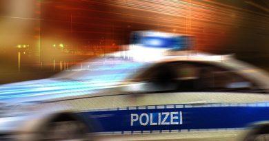 Unbekannter Verkehrsteilnehmer fährt gegen Bestattungsfahrzeug und entfernt sich unerlaubt